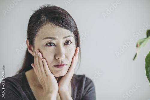 Fényképezés  肌荒れを気にする女性