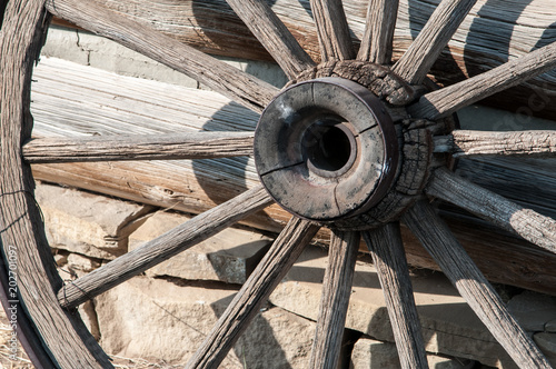 Pinturas sobre lienzo  A weathered wagon wheel sits outside the livery stable at Old Trail Town