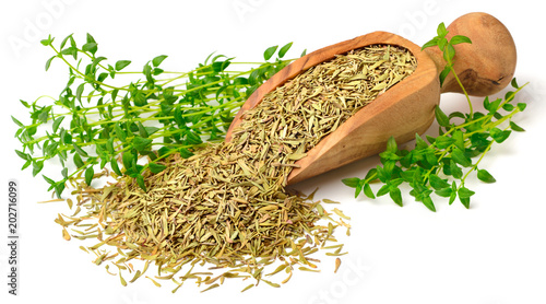 Fotomural  dried thyme leaves in the wooden scoop, with fresh thyme, isolated on white