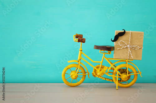 Papiers peints Velo Image of metal yellow bicycle, present for dad. Father's day concept.