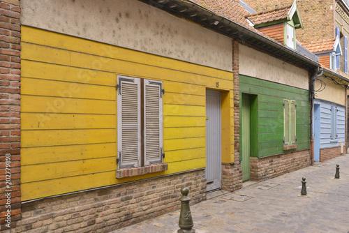 Papiers peints Miel Enfilade de maisons colorées, Amiens