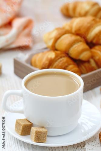 biala-kawa-i-rogalik-na-sniadanie