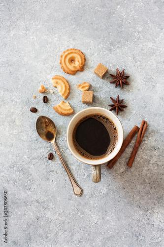 szklanka-czarnej-kawy-anyzu-gwiazdkowego-brazowego-cukru-i