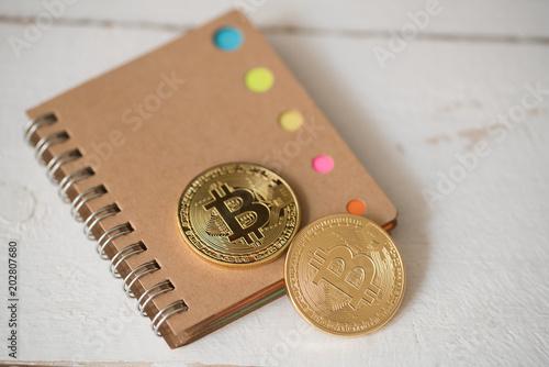 Bitcoin Münzen Auf Notizblock Und Weißem Holzuntergrund Kaufen Sie