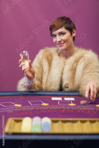Fotografía  Woman drinking at table of a casino