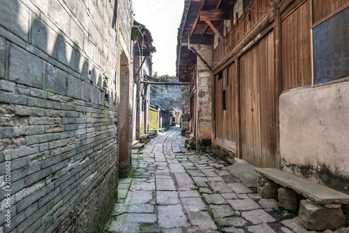 Deurstickers Smal steegje Country alley path