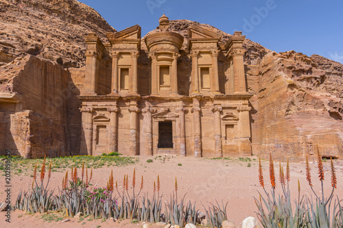 In de dag Oude gebouw The Monastery, ancient tomb carved in the rock, (Ed Deir) Petra, Jordan, Asia.