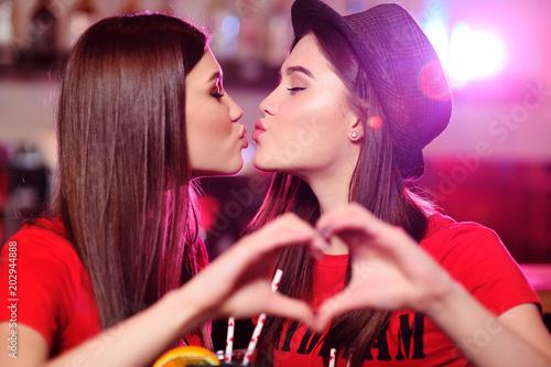 noir lesbiennes Kissin asiatique fille baisée par gros coq