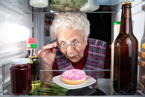 Großmutter entdeckt einen Donut im Kühlschrank