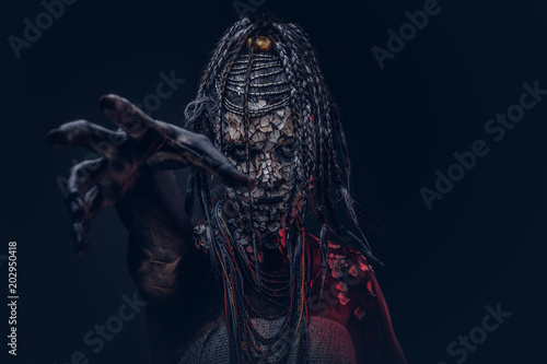 Photo Close-up portrait of a witch from the indigenous African tribe, wearing traditional costume