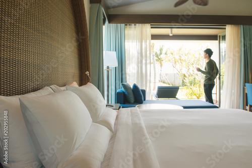 Plakat Backpacker podróżnik szczęśliwy pobyt w hotelu wysokiej jakości