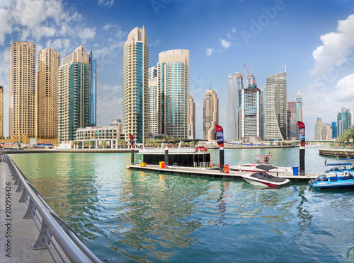 Keuken foto achterwand Stad gebouw DUBAI, UAE - MARCH 24, 2017: The skyscrapers of Marina and the yachts.