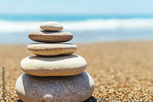 Photo sur Plexiglas Zen pierres a sable Stack of zen stones on the beach near sea