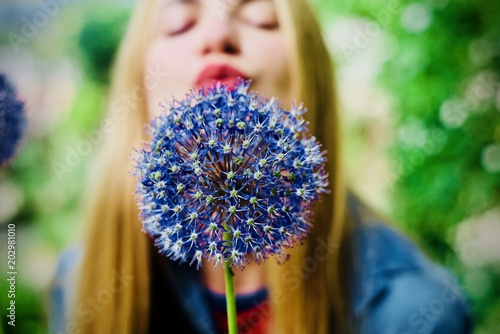 Staande foto Bloemenwinkel Woman blowing flower