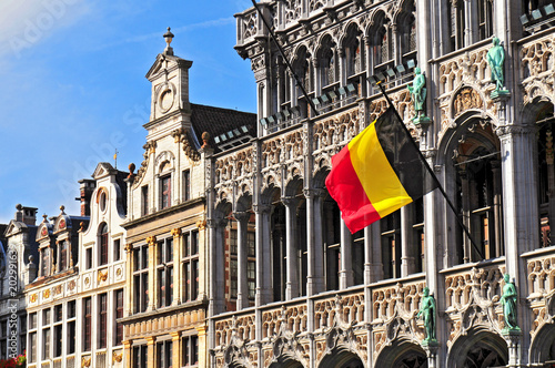 Foto auf Gartenposter Brussel Belgian flag on the Grand Place Broodhuis in Brussels.