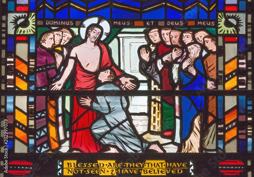 In de dag Monument LONDON, GREAT BRITAIN - SEPTEMBER 16, 2017: The scene Judgment of Jesus for Pilate on the stained glass in church St Etheldreda by Charles Blakeman (1953 - 1953)..