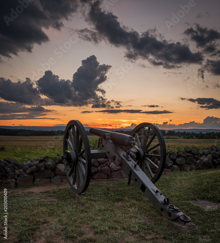 Leinwand Poster Sunset above a Civil War Cannon on Cemetery Ridge at Gettysburg National Militar