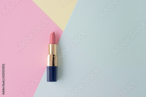 Fotografiet  Flat lay of creative female cosmetic for pink lipstick on the colorful backgroun