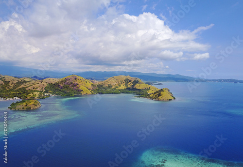 Foto op Plexiglas Eiland Beautiful aerial view of beaches and tourist boat sailing in Flores Island, Indonesia.