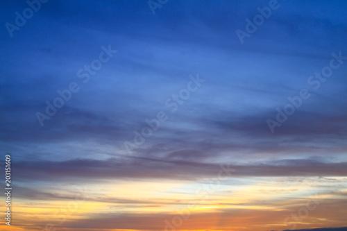 In de dag Zwavel geel Beautiful sky on twilight time