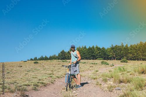 In de dag Afrika Sporty man with bike