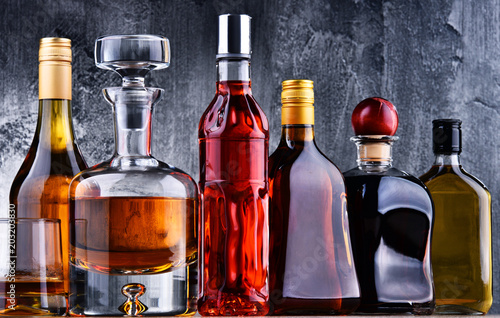 Poster de jardin Bar Carafe and bottles of assorted alcoholic beverages.