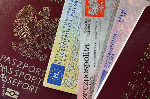 Fotografiet dokumenty paszport i pieniądze