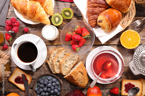 Papiers peints Secheresse continental breakfast with coffee, tea and croissant
