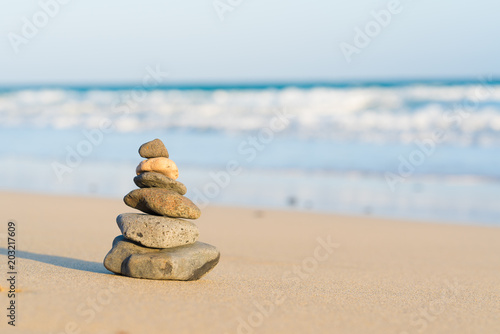 Foto op Plexiglas Stenen in het Zand Zen stone little pile on sea beach