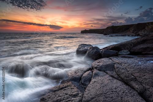 Wschód słońca przy skalistą linią brzegową, Wspaniałym wschodu słońca widokiem przy Czarnym dennym wybrzeżem /, Bułgaria