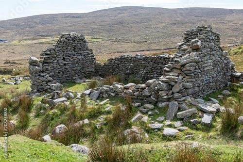 Bergerie en ruine à Deserted Village, Irlande Poster