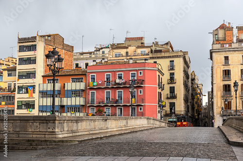 Fotografía  Colorful houses in the historical jewish quarter in Girona, Catalonia