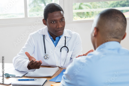 Fotografía  African american doctor explaining diagnosis to patient