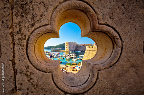Fotografía Dubrovnik harbor view from Ploce gate through stone carved detail