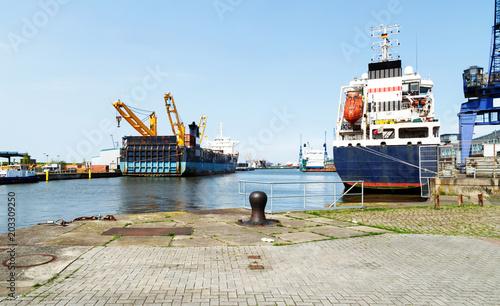 Poster Poort Blick auf eine Werft im Kaiserhafen mit Schiffen und Poller auf der Kaimauer, Bremerhaven in Norddeutschland
