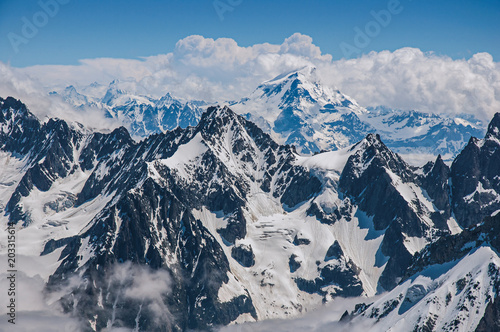 Fotobehang Gletsjers Close-up of snowy peaks and mountains, viewed from the Aiguille du Midi, near Chamonix. A famous ski resort located in Haute-Savoie Province, at the foot of Mont Blanc in the French Alps.