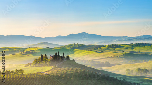 Montage in der Fensternische Weiß Beautiful foggy landscape in Tuscany, Italy