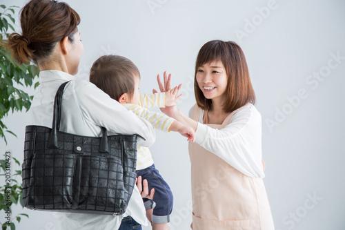 託児所に赤ちゃんをあずける