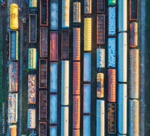 widok-z-wagonow-kolejowych-pociagi-towarowe-widok-z-gory-na-kolorowy-pociag-towarowy-na-stacji-kolejowej-wagony-z-towarami-na-kolei-przemysl-ciezki-przemyslowy-krajobraz-konceptualny-transport