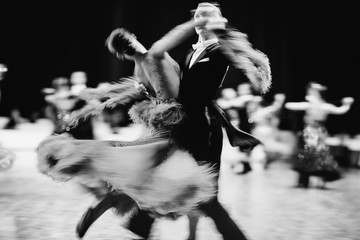 Fototapetacouple dancers ballroom dancing blurred motion black-and-white image