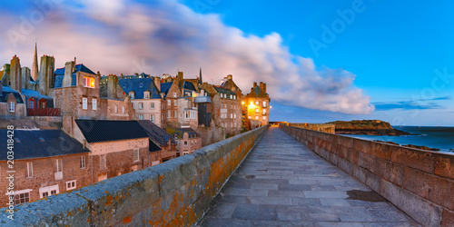 Papiers peints Lieu d Europe Night panoramic view of beautiful walled city Intra-Muros in Saint-Malo, also known as city corsaire, Brittany, France