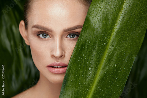 Fotografía  Beauty Woman Face With Healthy Skin And Green Plant