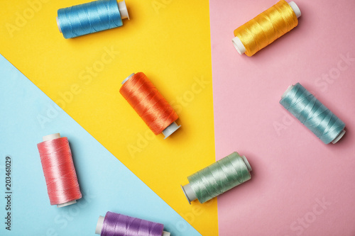 Fotomural Flat lay composition with sewing threads on color background