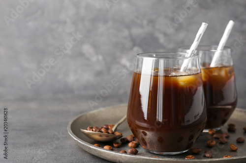 Foto Glasses with cold brew coffee and beans on tray