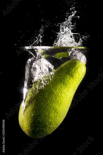 zielony-avocado-w-wodzie-na-czarnym-tle