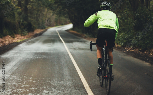 La pose en embrasure Cyclisme Cyclist practising on a rainy day