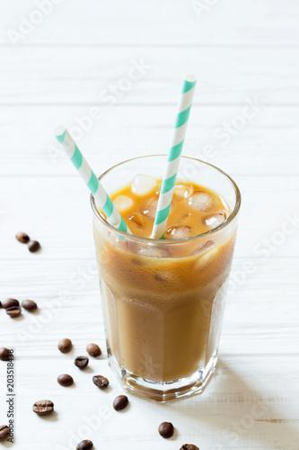 kawa-z-lodem-mlekiem-i-slomki-w-szkle