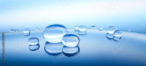 Wassertropfen auf blauer Spiegelung