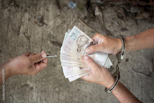Fotografía  Hand of a man in handcuffs giving bribe , prisoner give money for freedom
