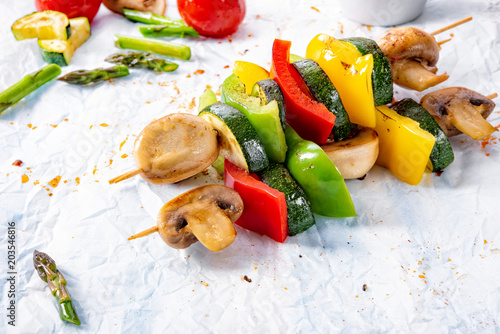 Valokuva  vegetarian skewers white mushrooms, peppers and zucchini for barbecue